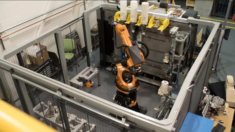 Завантаження гранул термопластика роботом-маніпулятором в адитивну систему Infinite Build 3D